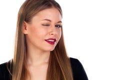 Recht blondes Mädchen, das ein Auge blinzelt Lizenzfreie Stockfotos