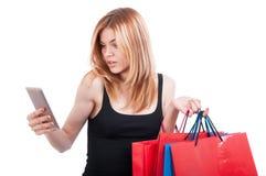 Recht blondes Mädchen, das etwas auf Mobiltelefon grast Lizenzfreies Stockbild
