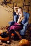 Recht blondes Mädchen, das Halloween im feenhaften Innenraum, glückliches lächelndes Leutekonzept des Lebensstils selebrating ist Lizenzfreie Stockbilder