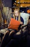 Recht blondes Mädchen, das Halloween im feenhaften Innenraum, glückliches lächelndes Leutekonzept des Lebensstils selebrating ist Lizenzfreies Stockfoto