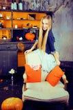 Recht blondes Mädchen, das Halloween im feenhaften Innenraum, glückliches lächelndes Leutekonzept des Lebensstils selebrating ist Stockbild