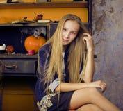 Recht blondes Mädchen, das Halloween selebrating ist Lizenzfreies Stockfoto