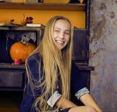 Recht blondes Mädchen, das Halloween selebrating ist Stockbilder