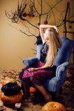 Recht blondes Mädchen, das Halloween selebrating ist Stockbild