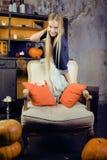 Recht blondes Mädchen, das Halloween selebrating ist Stockfotografie