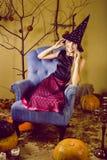 Recht blondes Mädchen, das Halloween selebrating ist Stockfoto