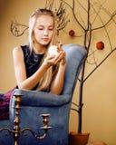 Recht blondes Mädchen, das Halloween selebrating ist Stockfotos