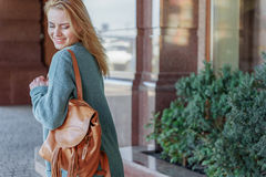 Recht blondes Mädchen, das Weg in der Stadt genießt Stockfotos