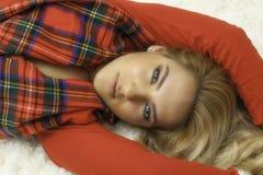 Recht blondes Mädchen dem Weihnachtsin der roten Robe u. -schal Stockbilder