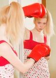 Recht blondes Mädchen in den Boxhandschuhen Lizenzfreie Stockfotografie