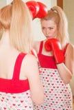 Recht blondes Mädchen in den Boxhandschuhen Stockbild