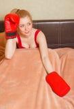 Recht blondes Mädchen in den Boxhandschuhen Stockfotografie