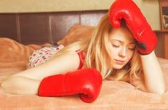Recht blondes Mädchen in den Boxhandschuhen Lizenzfreies Stockfoto
