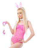 Recht blondes Mädchen in den Häschenohren mit Handschellen Lizenzfreie Stockfotos