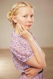 Recht blondes Mädchen in der Retro- Art Lizenzfreies Stockfoto