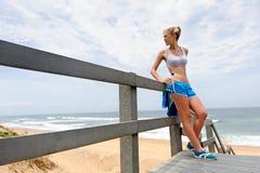 Recht blondes Mädchen in der Sportkleidung Stockbilder