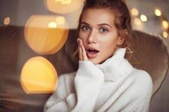 Recht blondes Mädchen in der weißen Strickjacke Stockbild