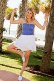 Recht blondes Mädchen in der Yoga-Haltung Lizenzfreie Stockbilder