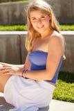 Recht blondes Mädchen an einem Park Lizenzfreie Stockfotos