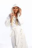 Recht blondes Mädchen in einem weißen Bademantellächeln Stockfotos