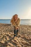 Recht blondes Mädchen in einer Jugendlebensstilklage auf dem Strand laut lachend und lächelnd Stockfotografie