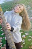 Recht blondes Mädchen am Herbst Lizenzfreie Stockfotografie