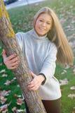 Recht blondes Mädchen am Herbst Stockfotos