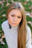 Recht blondes Mädchen am Herbst Stockfoto