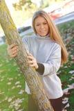 Recht blondes Mädchen am Herbst Lizenzfreies Stockbild