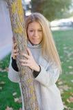 Recht blondes Mädchen am Herbst Stockfotografie