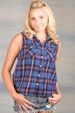 Recht blondes Mädchen im blauen Hemd Stockfotos
