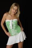 Recht blondes Mädchen im netten Sommerkleid stockfotografie