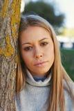 Recht blondes Mädchen im Park Lizenzfreies Stockfoto