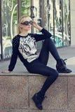 Recht blondes Mädchen im Pullover mit Tigerdruck Stockbild