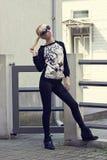 Recht blondes Mädchen im Pullover mit Tigerdruck Stockbilder