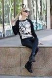 Recht blondes Mädchen im Pullover mit Tigerdruck Lizenzfreies Stockfoto
