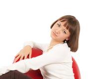 Recht blondes Mädchen im roten ledernen Stuhl Stockfotos