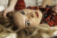 Recht blondes Mädchen im roten Plaid und im roten Lippenstift Stockfotos