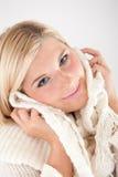 Recht blondes Mädchen im weißen Schal Lizenzfreies Stockfoto
