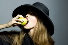 Recht blondes Mädchen mit Apfel Lizenzfreies Stockbild