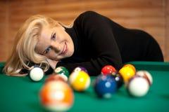 Recht blondes Mädchen mit Billiardkugeln Stockbilder