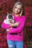Recht blondes Mädchen mit Chihuahua auf der Natur Stockfoto