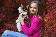 Recht blondes Mädchen mit Chihuahua auf der Natur Lizenzfreies Stockfoto