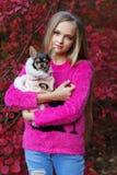 Recht blondes Mädchen mit Chihuahua auf der Natur Lizenzfreie Stockfotografie