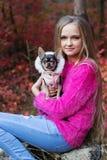 Recht blondes Mädchen mit Chihuahua auf der Natur Stockbilder
