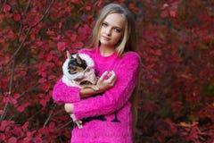 Recht blondes Mädchen mit Chihuahua auf der Natur Lizenzfreie Stockfotos