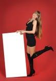 Recht blondes Mädchen mit dem Bekanntmachen Stockbilder