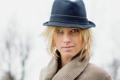 Recht blondes Mädchen mit Fedorahut Stockfoto