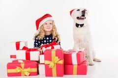Recht blondes Mädchen mit Hund sitzen im Studio Stockbild