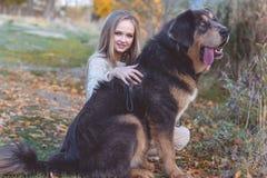 Recht blondes Mädchen mit Mastiff auf der Natur Lizenzfreies Stockbild